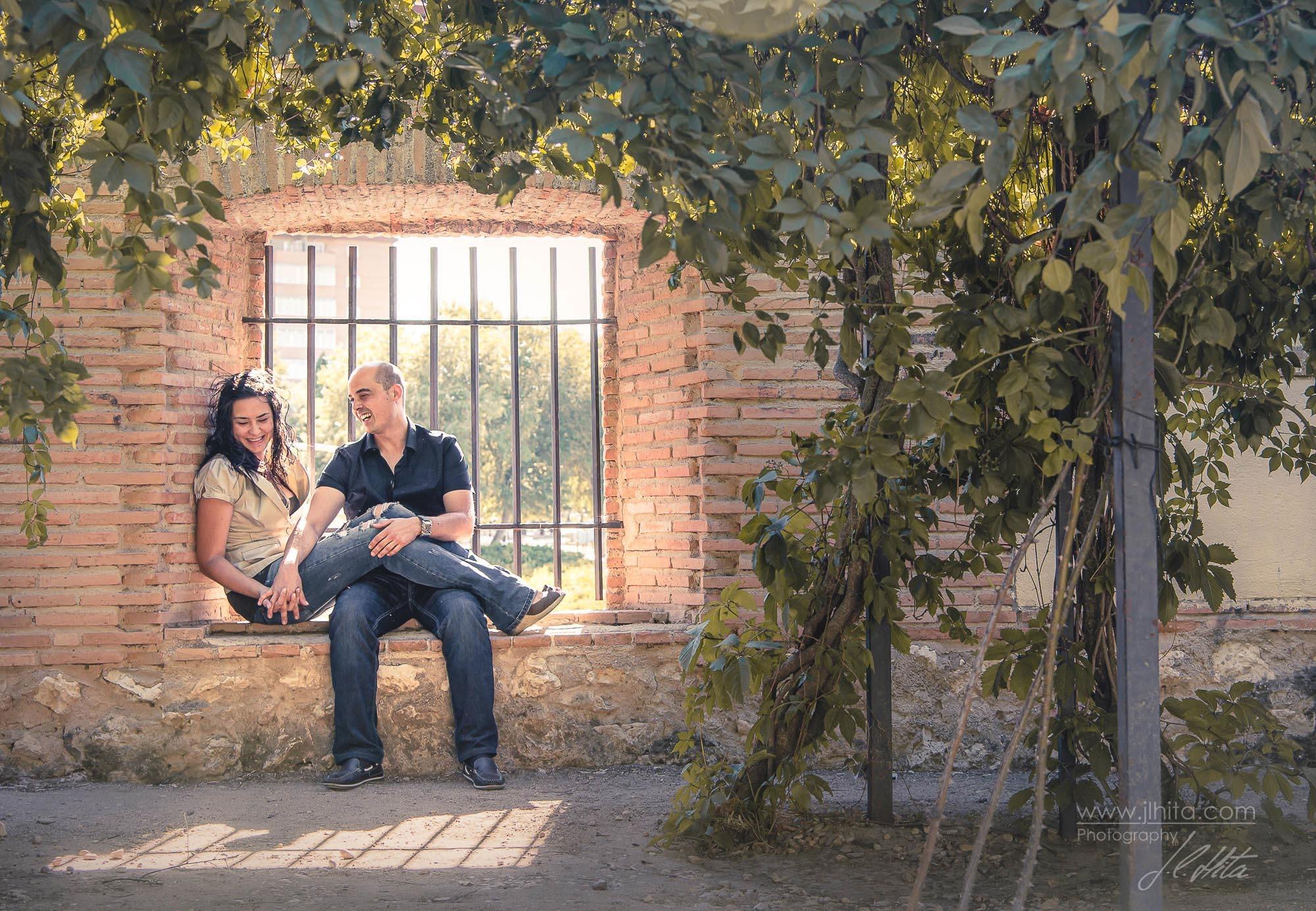Ventana y pareja en el Palacio del Infantado