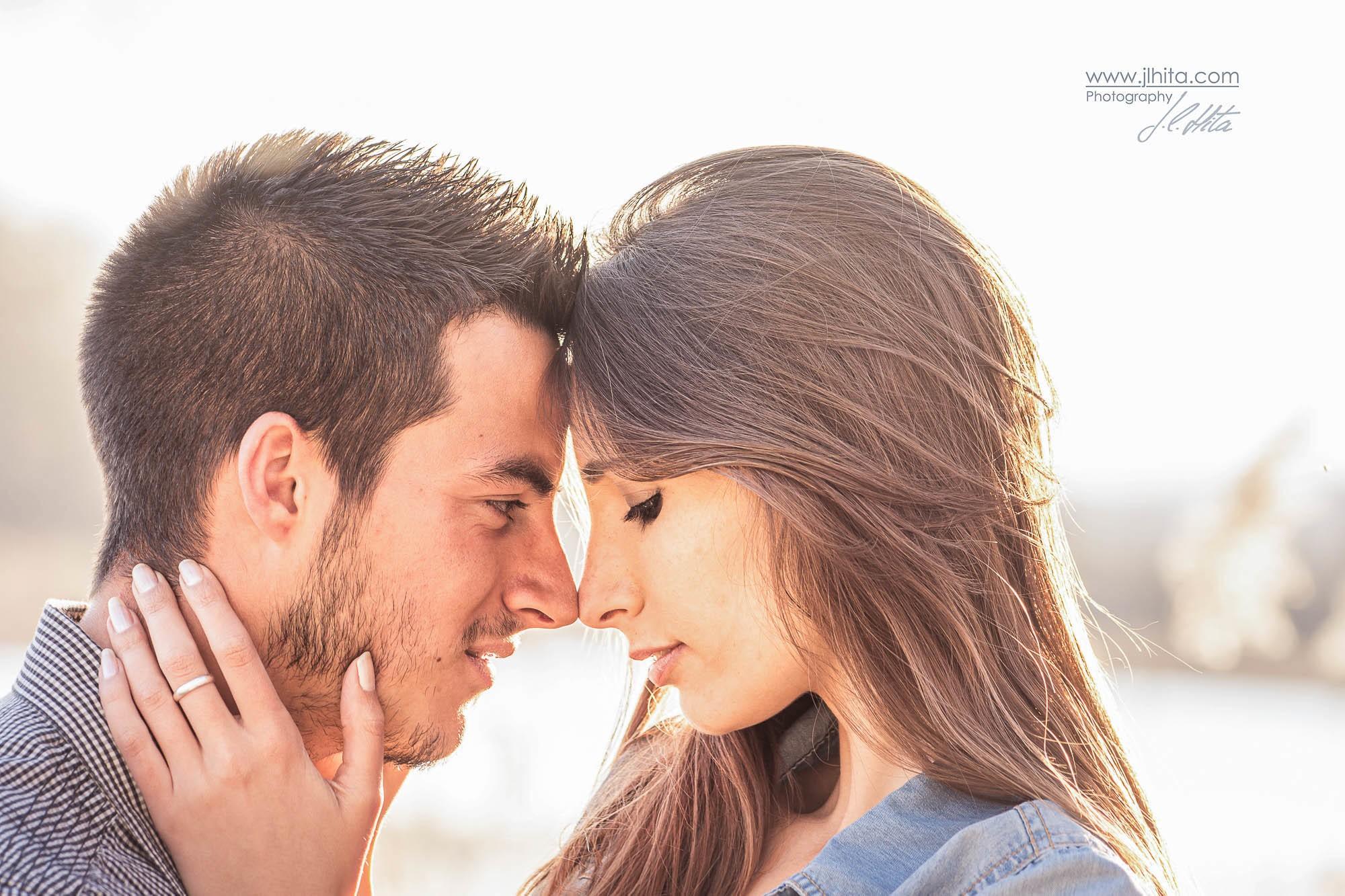 Frente con frente retrato de pareja